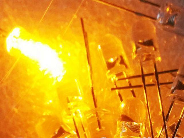 LED - Sárga fényű, víztiszta tok csomag (20x, 5mm)